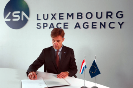 Minister of the Economy Franz Fayot signs the Artemis Accods on behalf of Luxembourg